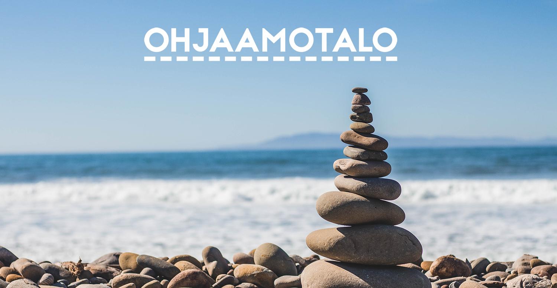 Kivikasa rannalla. Päällä Ohjaamotalo -logo.
